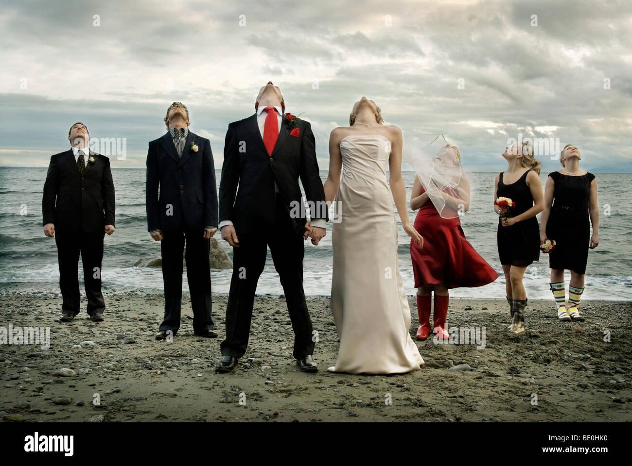 Hochzeitsfeier Am Strand Unter Bedrohlichen Gewitterwolken Stockfoto