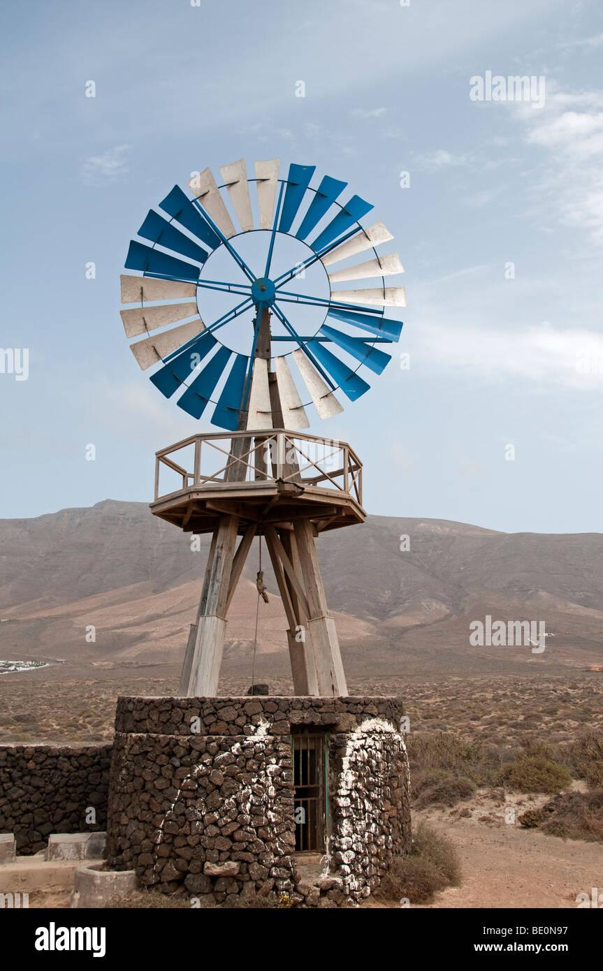 Windmühle auf einem Stein gut für das Pumpen von Wasser, Lanzarote, Kanarische Inseln. Stockbild
