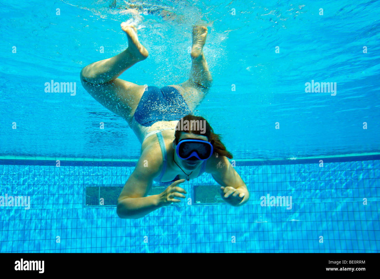 Teenager-Mädchen in einem Schwimmbad tauchen Stockfoto