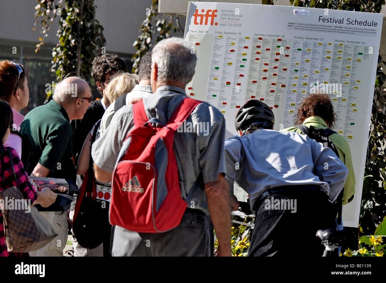 Menschen, Passanten durch das Studium der TIFF (Toronto International Film Festival Termine) Stockbild