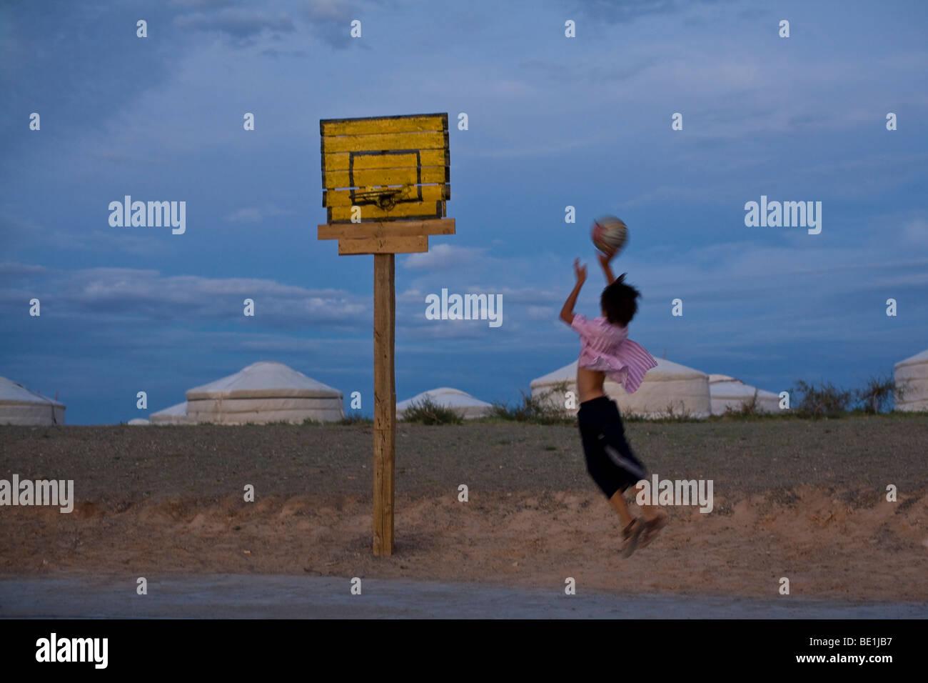Teenager-Jungen spielen Basketball in der kühle der einsamen Abende ...