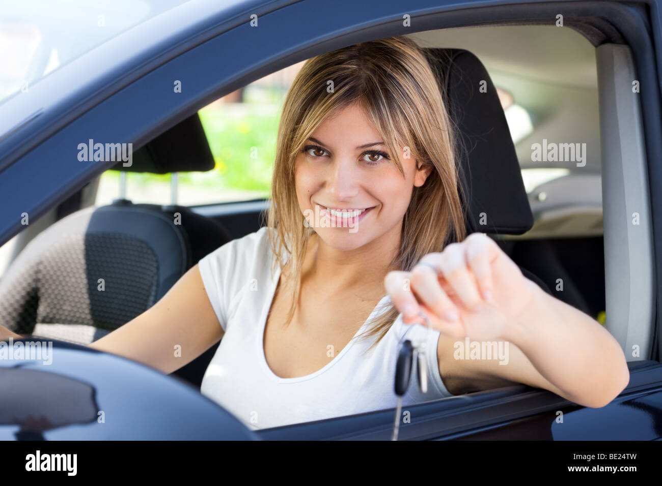 Junger mann sitzt im auto zeigen schl ssel neuwagen for Schlussel im auto vergessen