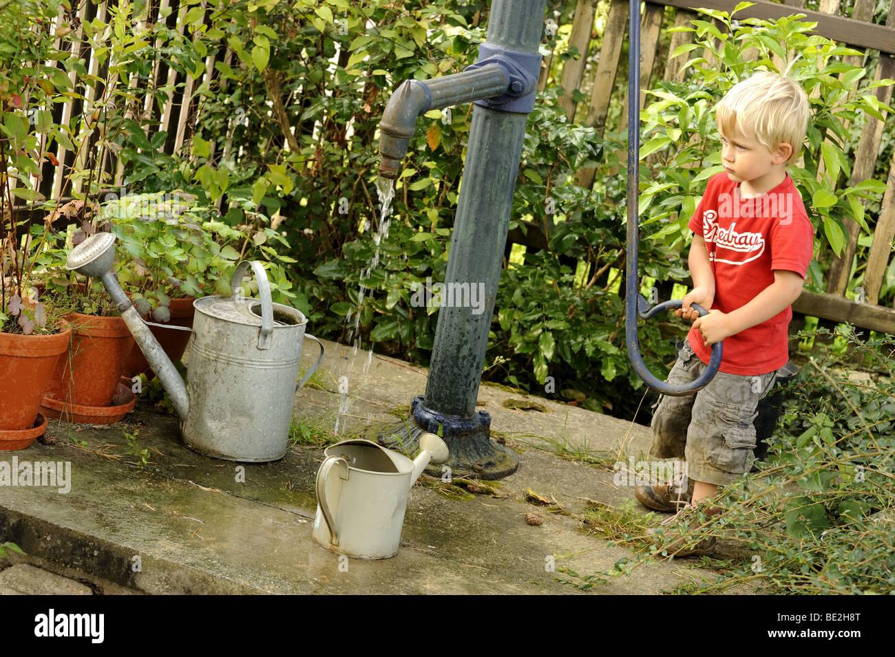 ein drei jahre alter junge spielt mit einem outdoor-vintage hand