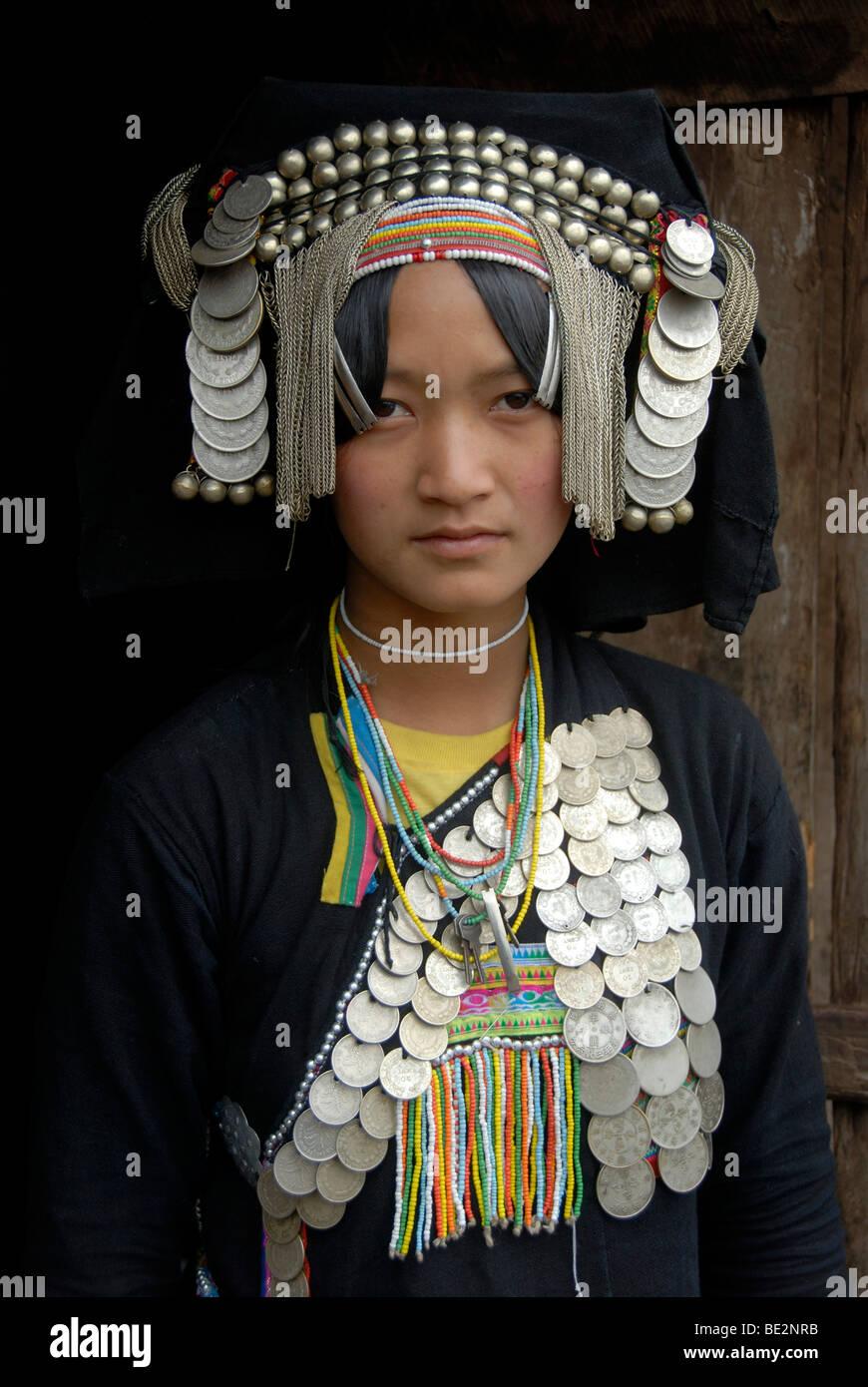 Porträt, Ethnologie, Frau der Akha Pixor Volksgruppe im traditionellen Kleid, Haube als ein Kopfschmuck, viele Stockbild