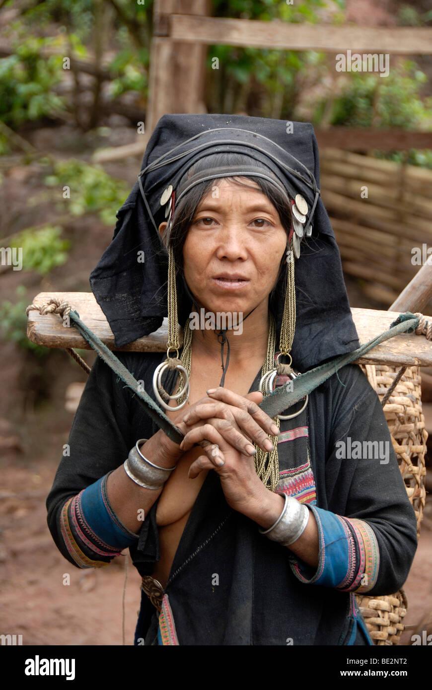 Porträt, Ethnologie, Frau der Akha Pixor Volksgruppe in traditioneller Kleidung, Haube als eine Kopfbedeckung, Stockbild