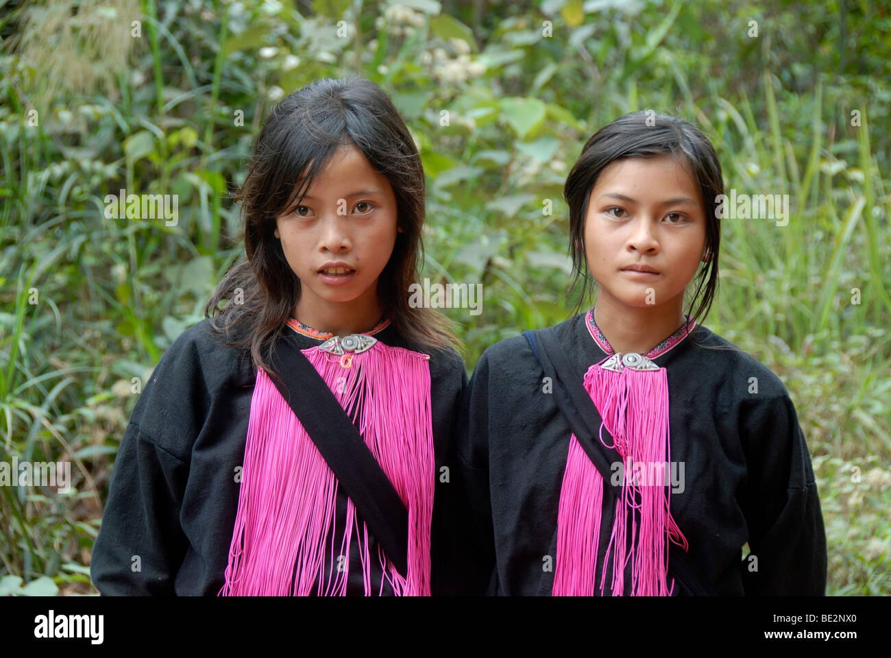 Porträt, Ethnologie, zwei junge Frauen der Volksgruppe der Yao, rosa Fäden als Schmuck, Ou Tai, Distrikt Stockbild