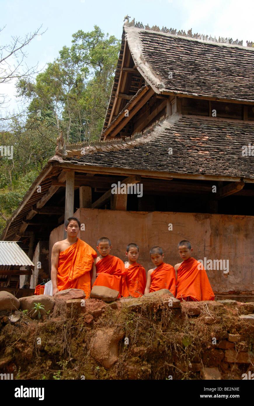 Theravada-Buddhismus, Mönch mit Anfängern gekleidet Orange Kutten, Tai Lue Tempel, Lue, Kloster, Ban La, Stockbild