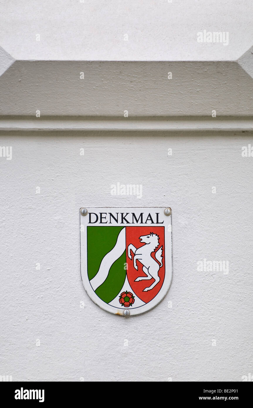 North Rhine-Westphalia, aufgeführten Gebäude Zeichen auf ein weißes Haus mit Stuck Fassadenelement Stockbild