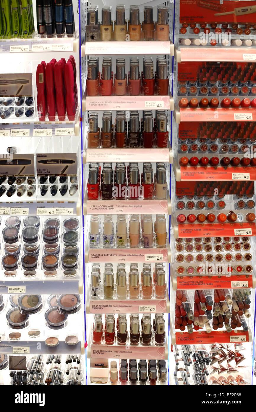 NIVEA Kosmetik in eine Apotheke Stockbild
