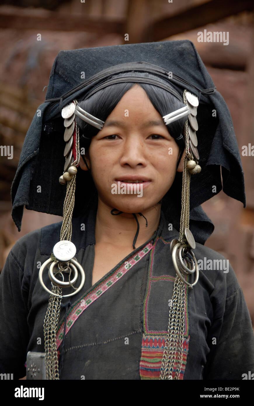 Porträt, Ethnologie, Trägerin der Akha Pixor Volksgruppe in traditioneller Kleidung, Haube als eine Kopfbedeckung, Stockbild