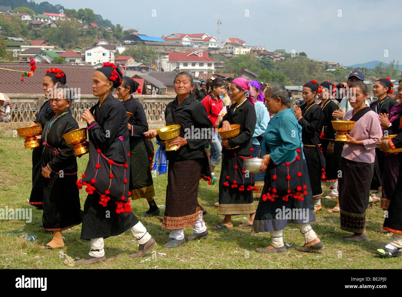 Ethnologie, Phunoi Frauen zu Fuß in einer Prozession gekleidet in traditionellen Kostümen, Pi Mai, Lao Stockbild