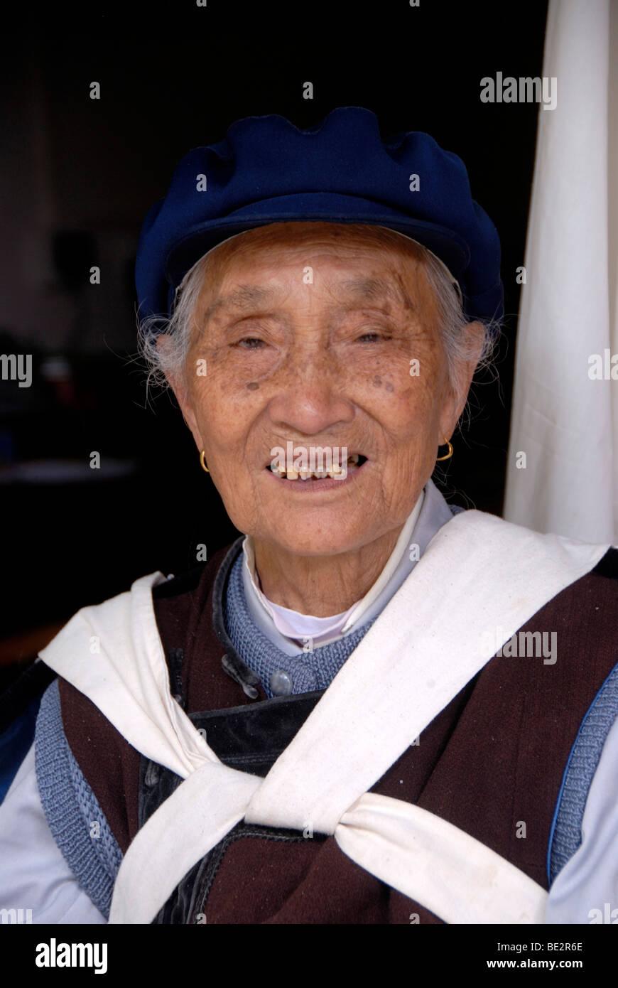 Frauen der ethnischen Gruppe der Naxi in Tracht, UNESCO-Weltkulturerbe, Portrait, Ethnologie, Halloween, Lijiang, Stockbild