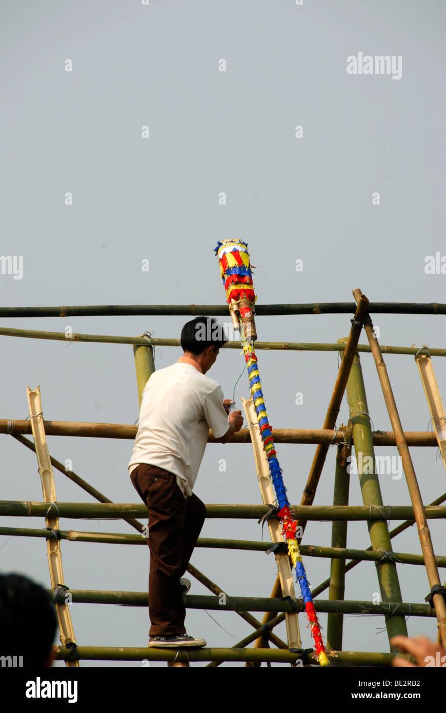 Anbringen einer bunt dekorierte Bambus-Rakete auf eine Startrampe, Pi Mai, Lao Neujahr Festival, Stadt von Phongsali, Stockbild