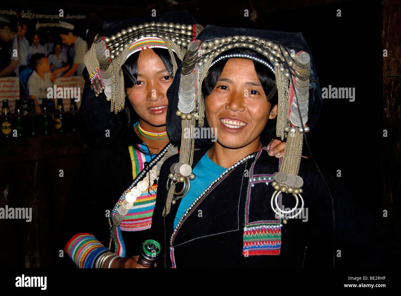 Porträt, Ethnologie, Akha Pixor Mädchen lächelnd und tragen silberne Kopfschmuck und Münzen, Stockbild