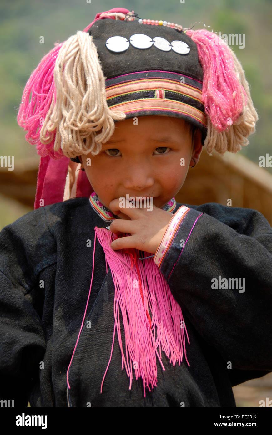 Armut, Porträt, Ethnologie, schüchternes Kind der Yao in einer Tracht gekleidet und tragen eine Kopfbedeckung, Stockbild