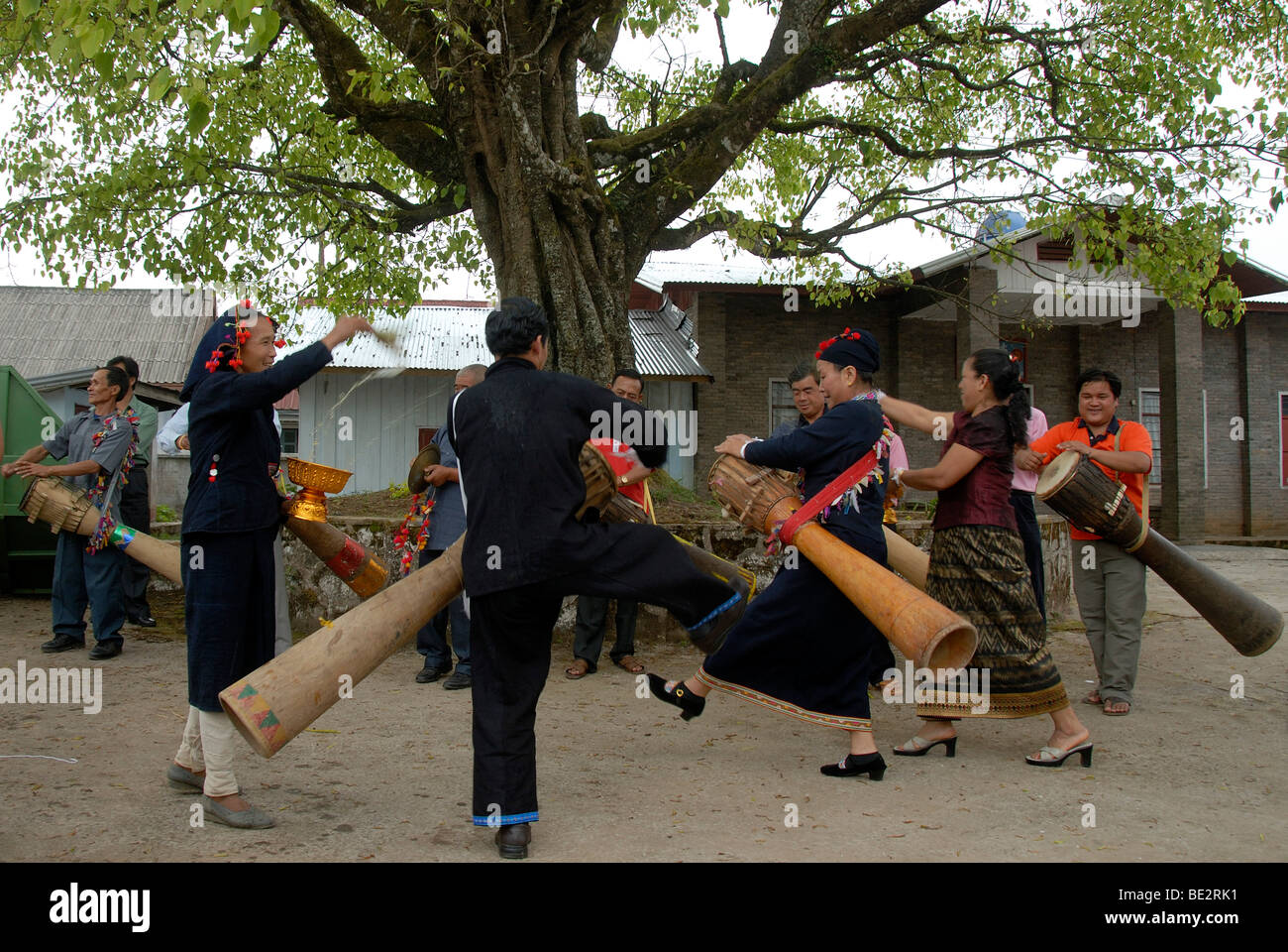 Ethnologie, Phunoi Musiker spielen Trommeln und tanzen, Pi Mai, Lao Neujahr Festival, Stadt von Phongsali, Provinz Stockbild
