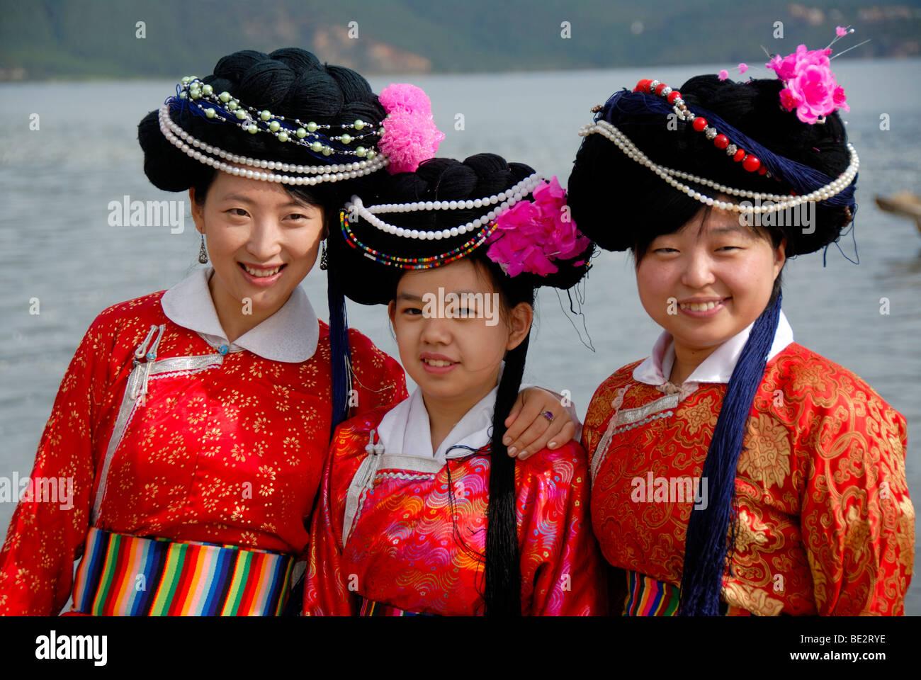 Ethnologie, Tourismus, chinesische Touristen hanchinesischen Damenkleider in lokalen Gewand für ein Foto, Luoshui, Stockbild
