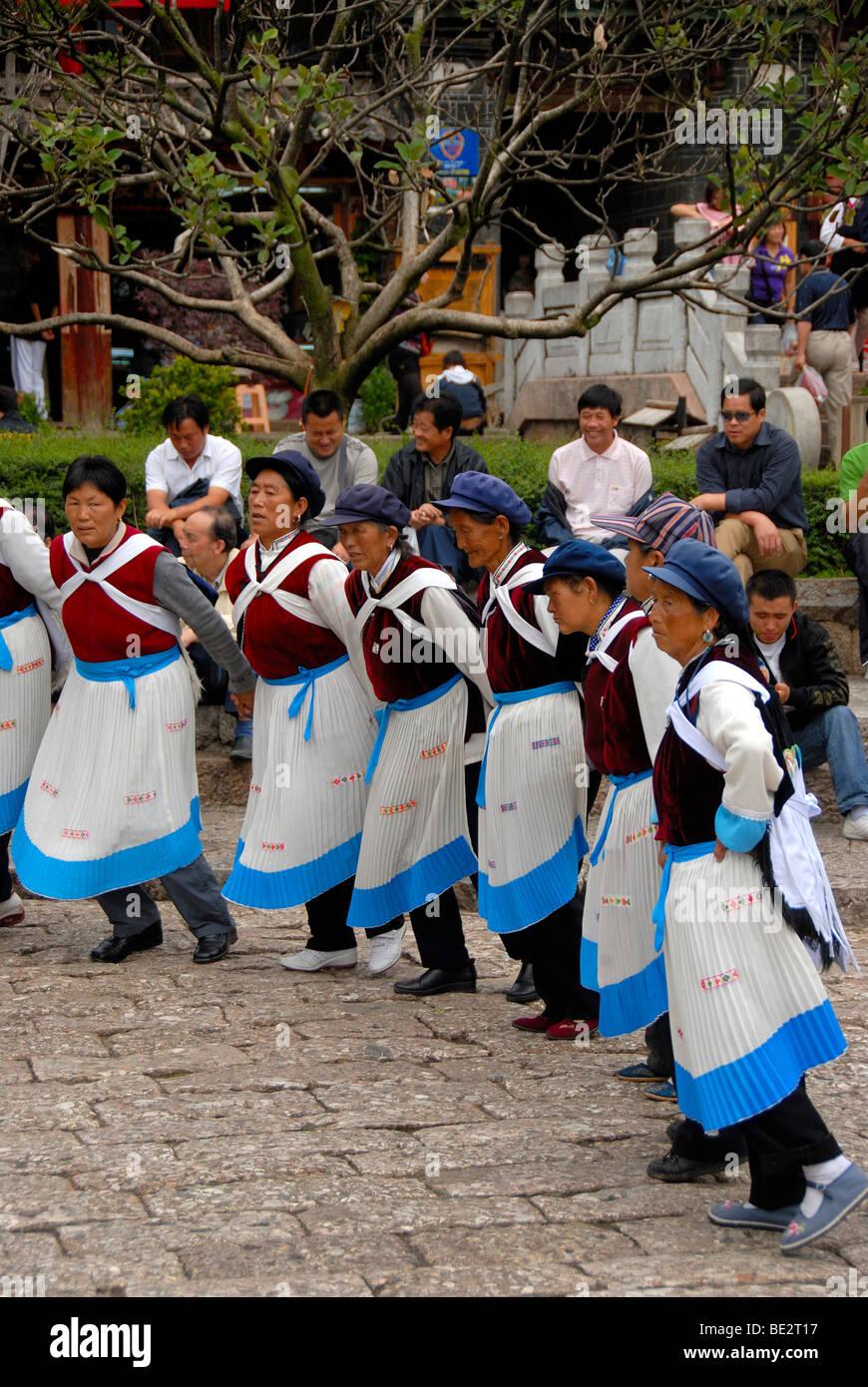 Tanz der Marktfrauen, Ethologie, Frauen von der ethnischen Gruppe der Naxi Tanz in traditionellen Kostümen Stockbild