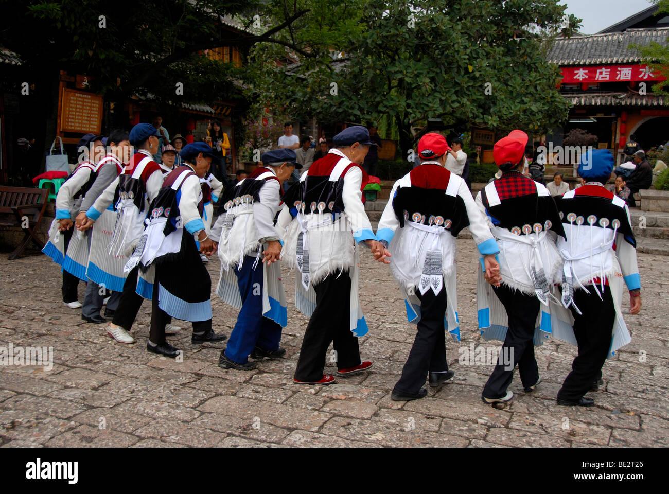 Tanz der Marktfrauen, Anthropologie, Frauen der ethnischen Gruppe der Naxi in traditioneller Tracht auf dem alten Stockbild