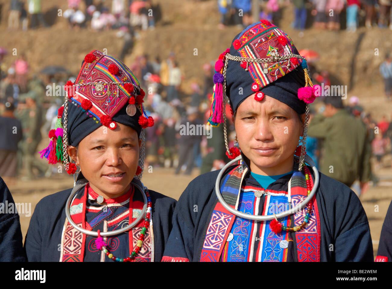 Porträt, Ethnologie, zwei Frauen von der Akha Oma Ethnie in bunten Kleidern, Kopfschmuck, Festival in Phongsali Stockbild