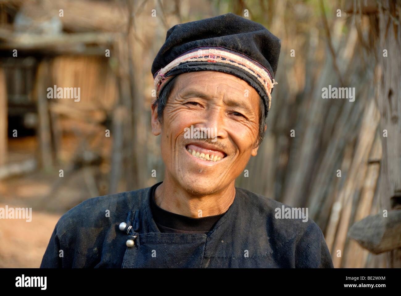 Armut, Porträt, Ethnologie, Yao Mann lächelnd und tragen eine Tracht und Hut, Dorf Ban Houeyyoum, Gnot Stockbild