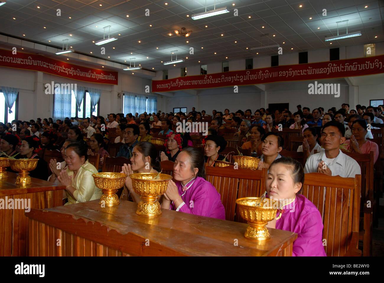 Montage, viele Menschen in der Montagehalle, Pi Mai, Lao Neujahr, Stadt von Phongsali, Provinz Phongsali, Laos, Stockbild
