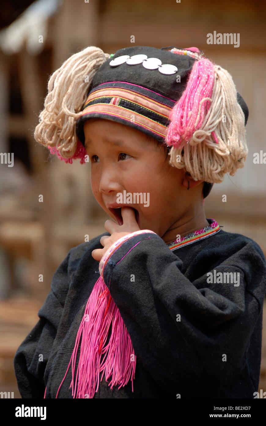 Armut, Porträt, Ethnologie, Yao-Kind in einer Tracht gekleidet und tragen eine Kopfbedeckung, Dorf Ban Namma Stockbild