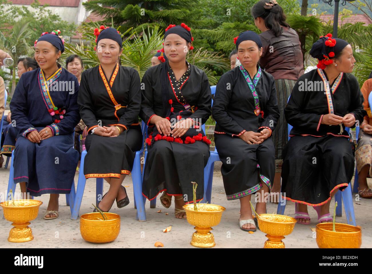 Ethnologie, Phunoi Frauen in schwarzer Tracht gekleidet, Pi Mai, Lao Neujahr Festival, Stadt von Phongsali, Phongsali Stockbild