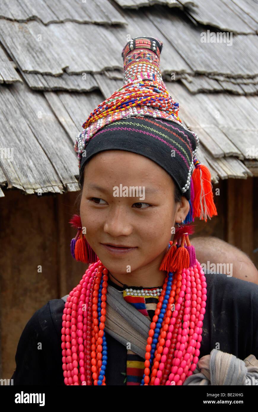Portrait, Ethnologie, Akha Pala Mädchen gekleidet in bunten Trachten, Kopfschmuck und Halsketten, Ban Pakha, Stockbild