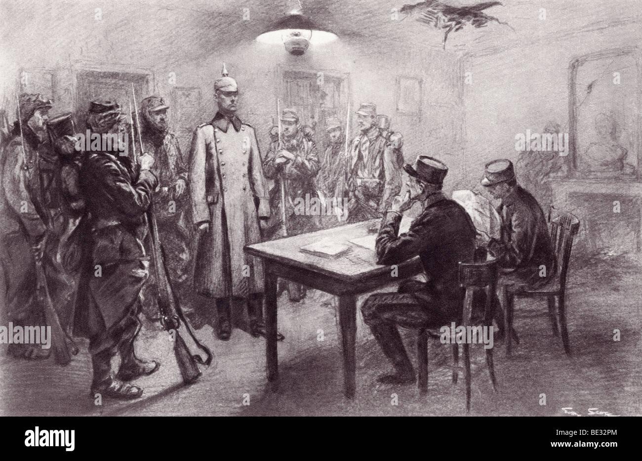 Ein erfassten deutscher Offizier im ersten Weltkrieg von den Mitgliedern des französischen Generalstabs geprüft Stockbild