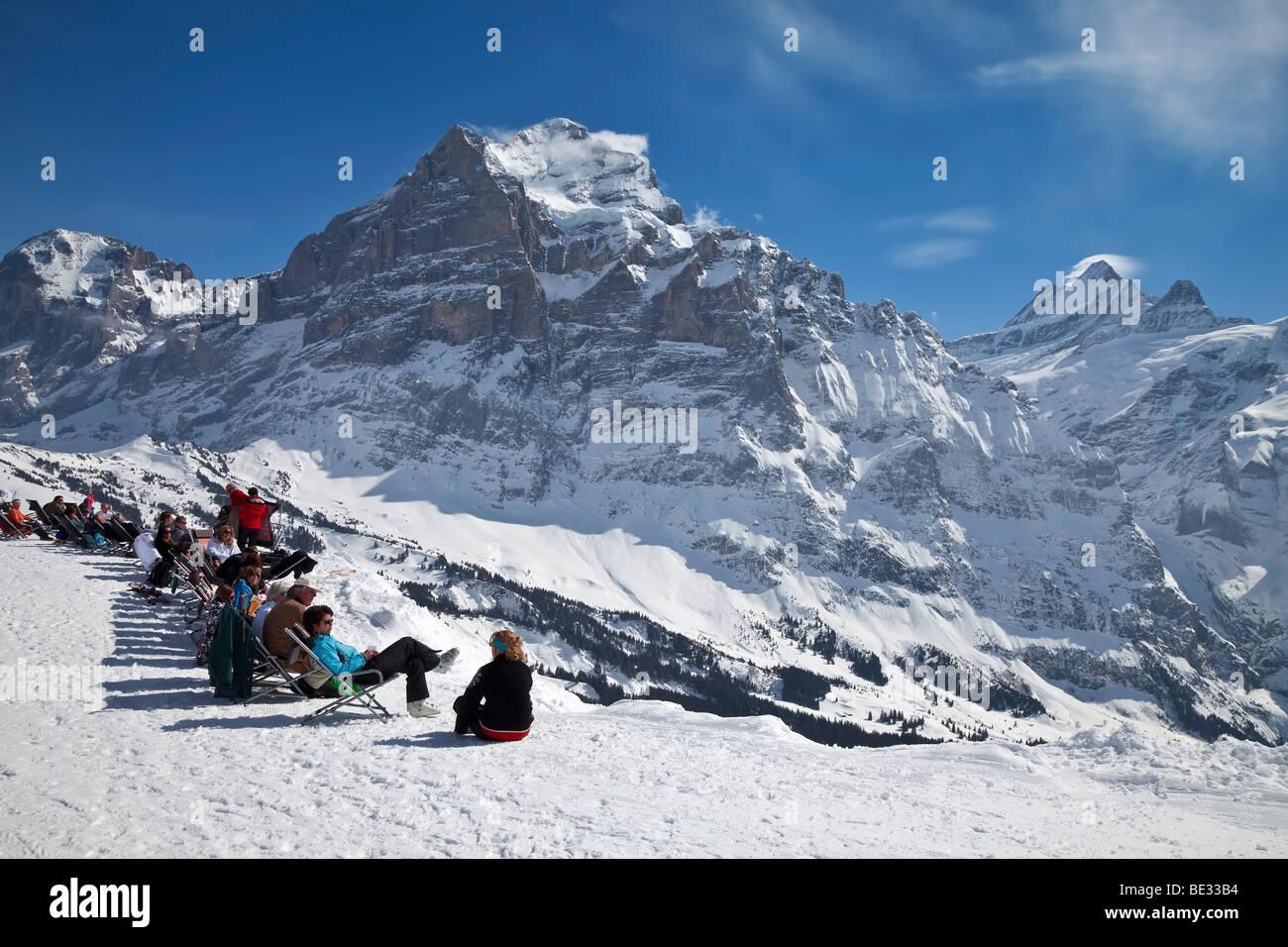 Entspannung vor einem Berg Restaurant, Grindelwald, Jungfrau Region, Berner Oberland, Schweizer Alpen, Schweiz Stockbild