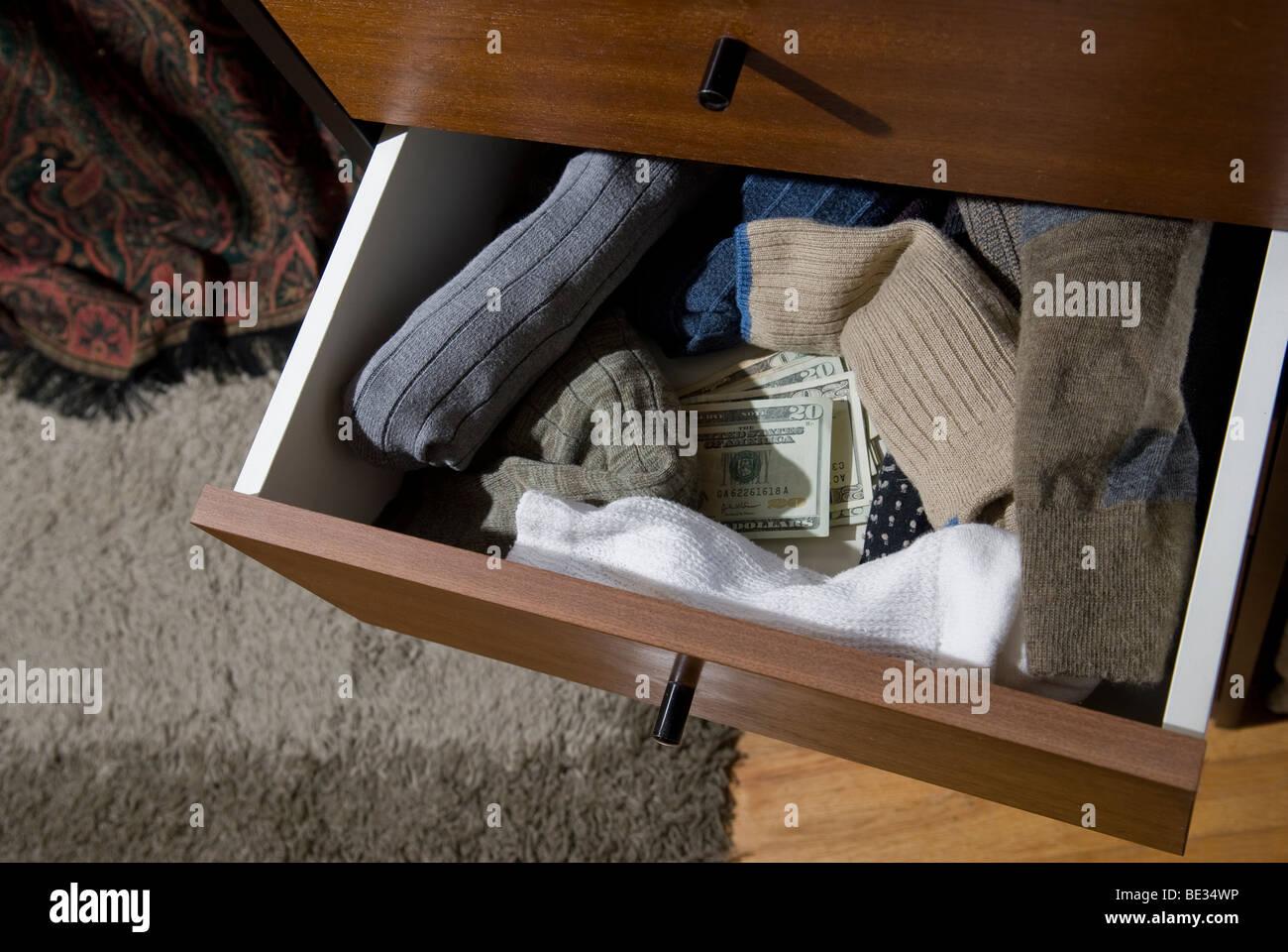 Draufsicht des Geldes in Schublade Stockbild