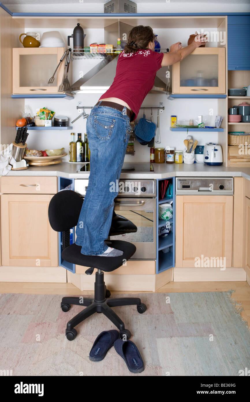 Haushalt Unfall, Mädchen auf einem drehbaren Stuhl in der Küche