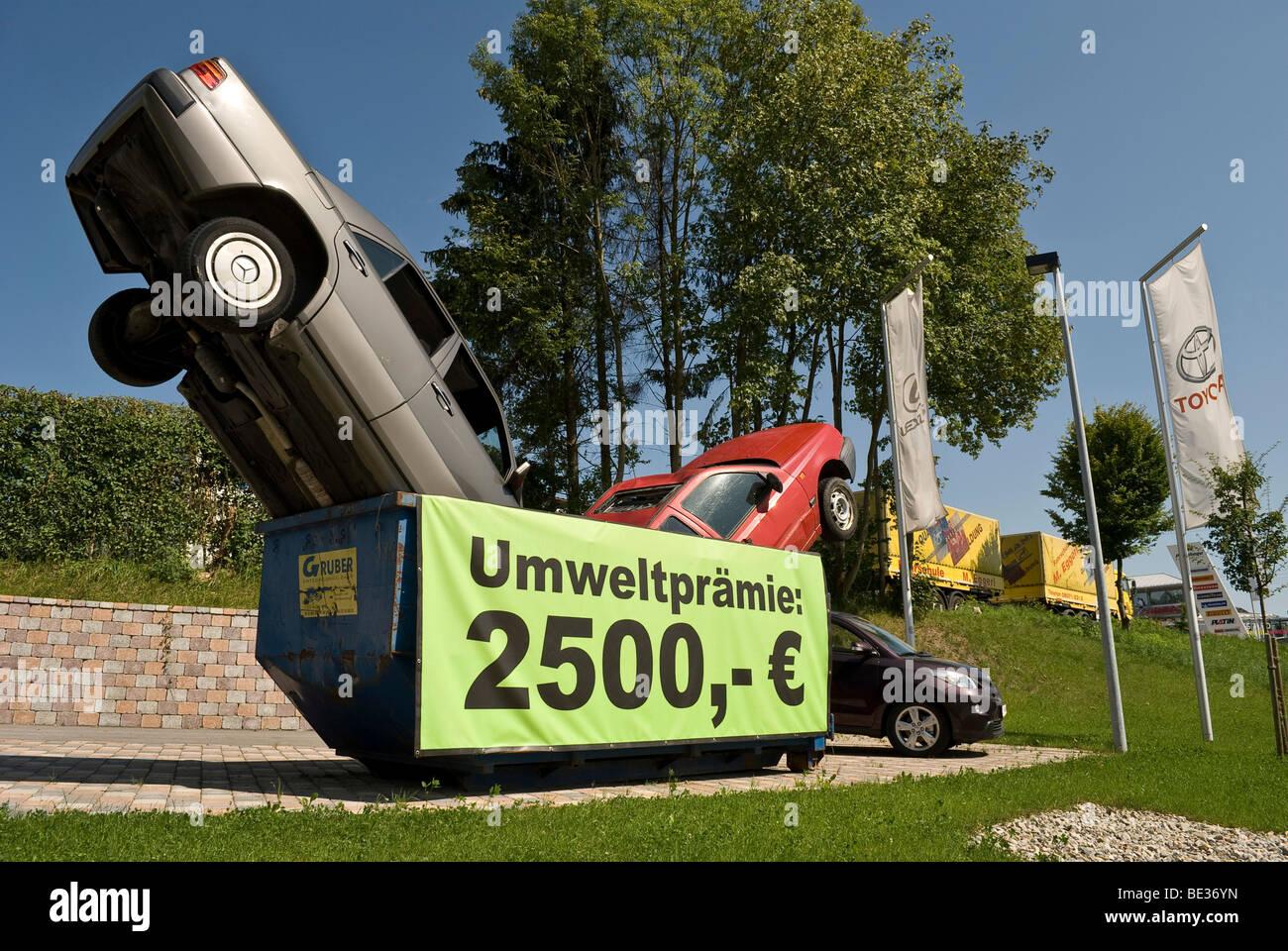 Dekoration von einem Autohändler für die Auto-Schrott-Bonus in Bayern, Deutschland, Europa Stockbild