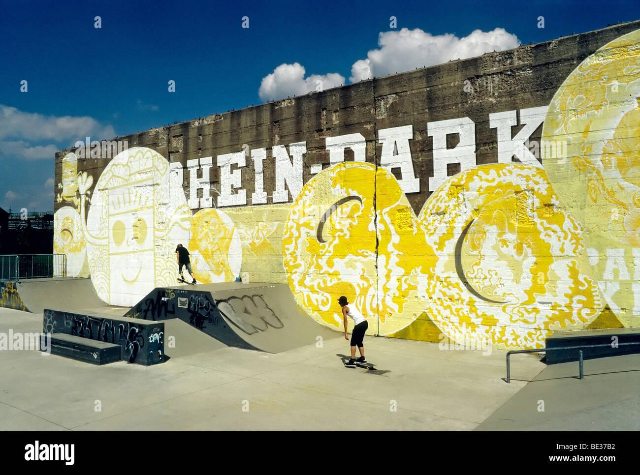 Skate-Park, alte Betonwand mit Graffiti, Rheinpark, neuer Stadtteil auf dem Rhein, Duisburg-Hochfeld, Nordrhein Stockbild