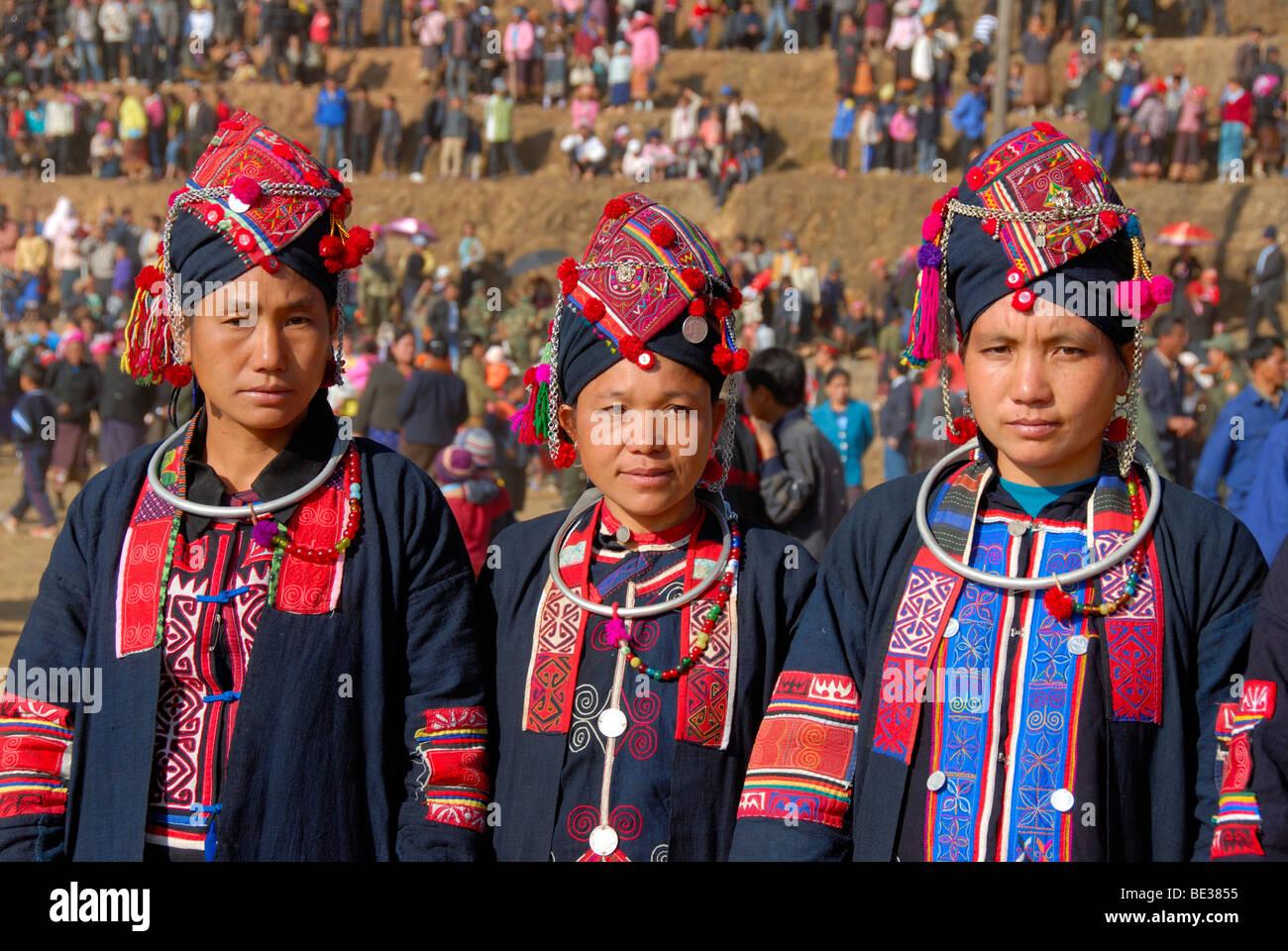 Porträt, Ethnologie, drei Frauen der Akha Oma Ethnie gekleidet in bunten Kleidern, Kopfschmuck, Festival im Stockbild