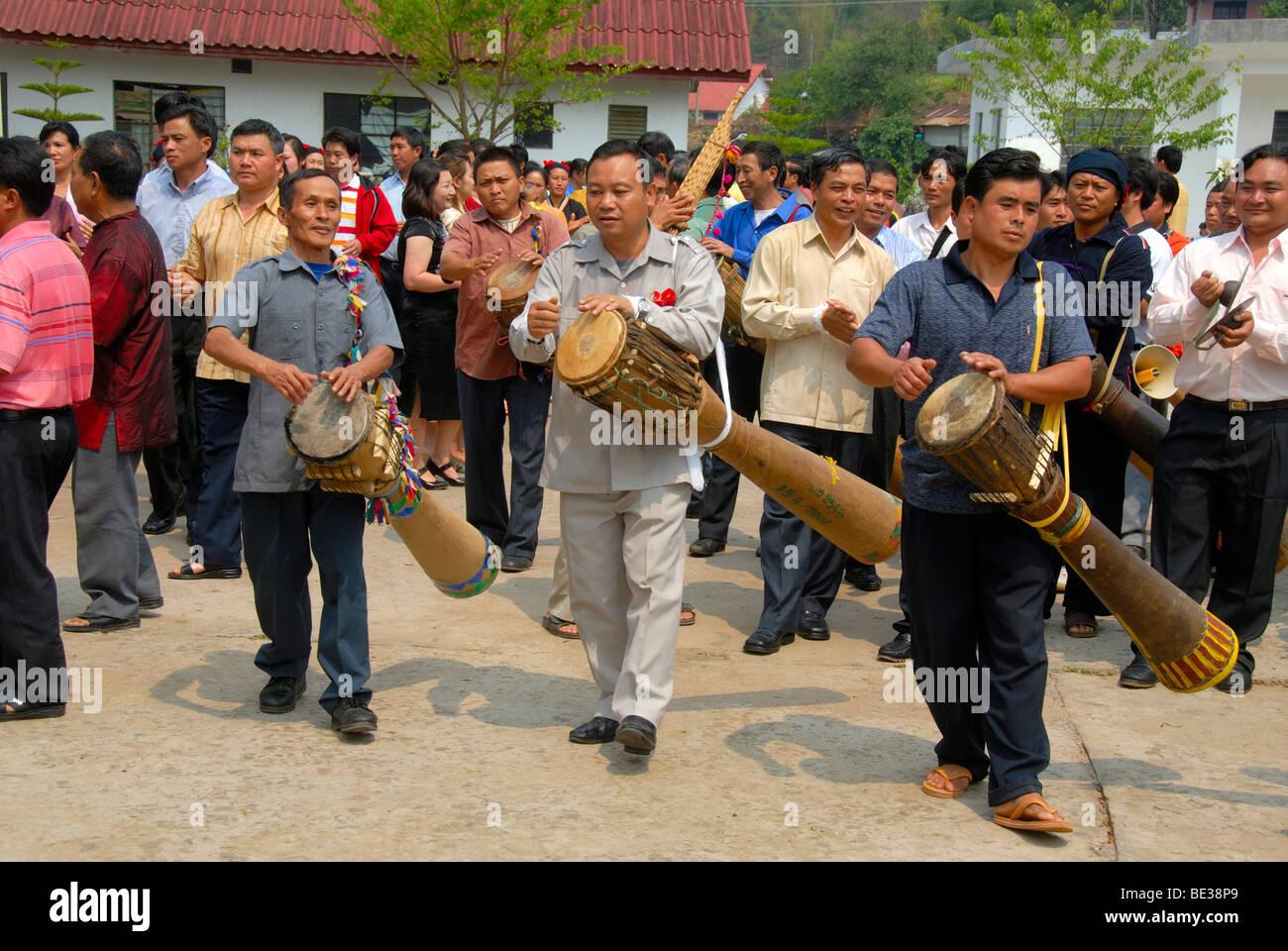 Ethnologie, Phunoi Männer und Musiker Musizieren am Schlagzeug, Pi Mai, Lao Neujahr Festival, Stadt von Phongsali, Stockbild