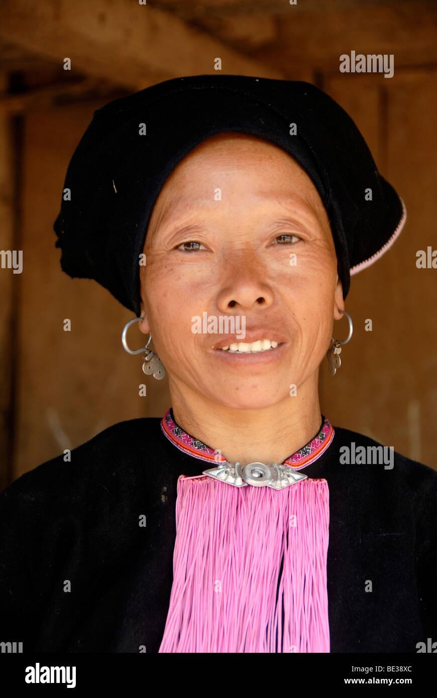 Armut, Portrait, Ethnologie, Yao Frau im traditionellen Kostüm, lächelnd mit einem Turban Kopfschmuck, Stockbild