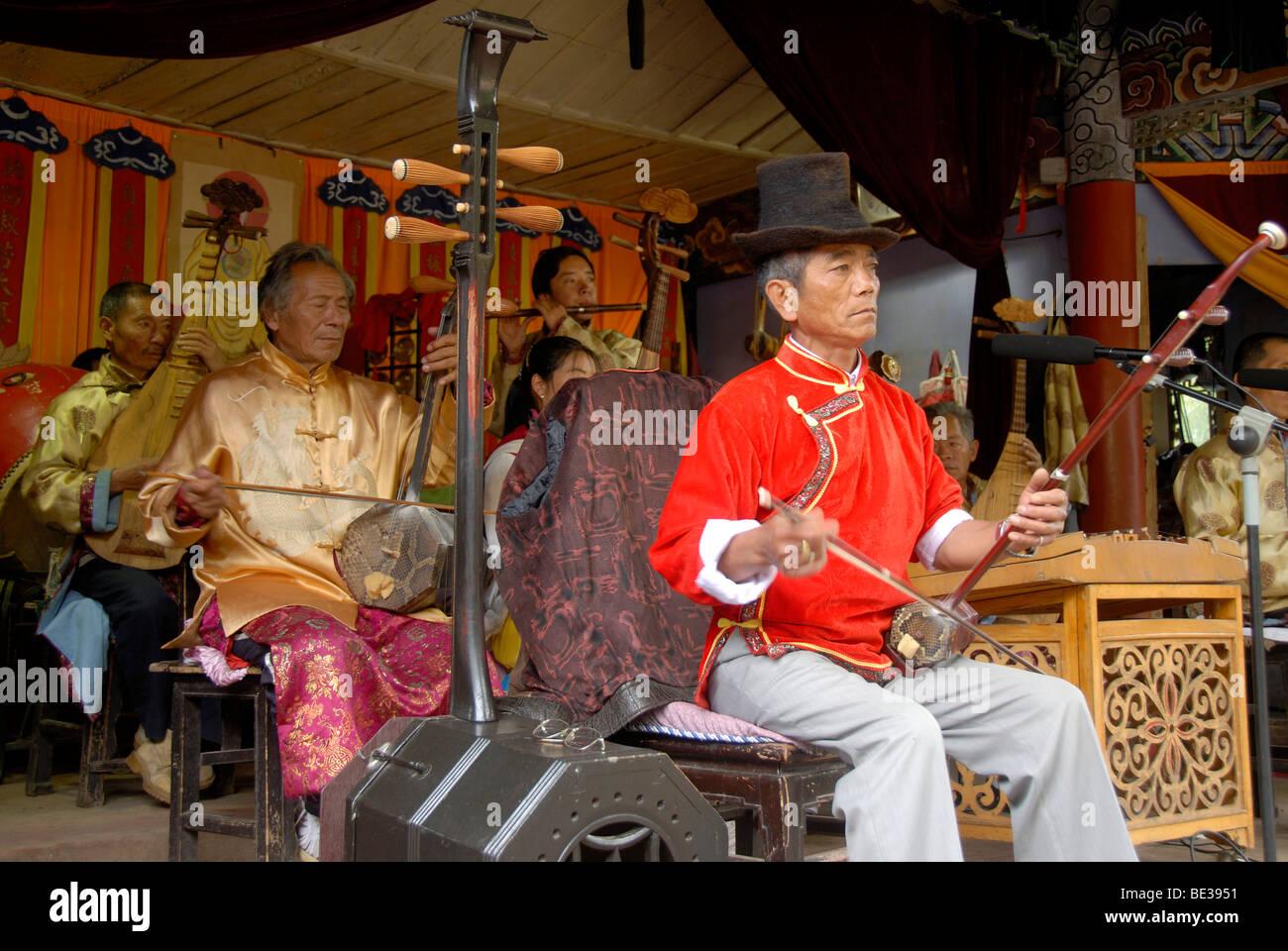 Naxi Musik, Halloween, Musiker Musizieren an ein Konzert, Lijiang, UNESCO Welt Erbe Website, Provinz Yunnan, Volksrepublik Stockbild