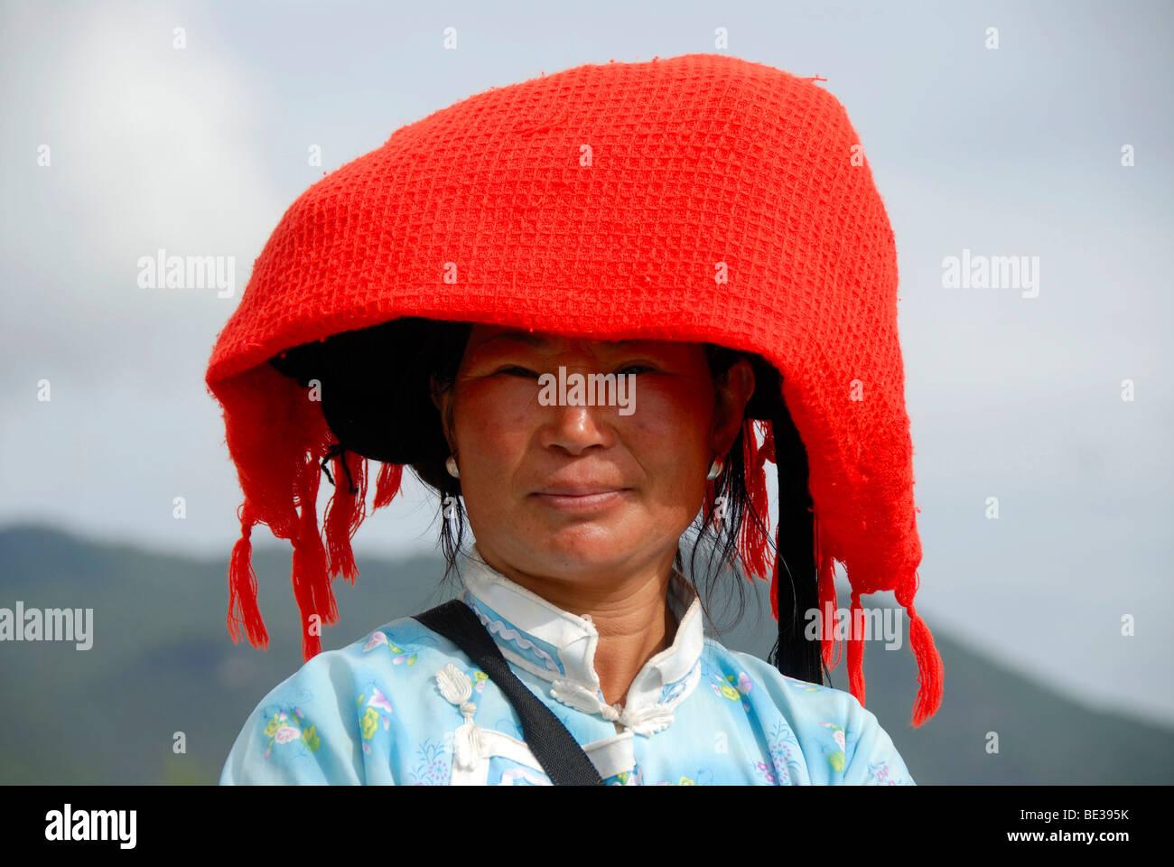 Porträt, Ethnologie, Frau von der Mosu Ethnie, leuchtend roter Schal als eine Kopfbedeckung, Luoshui, Lugu Stockbild
