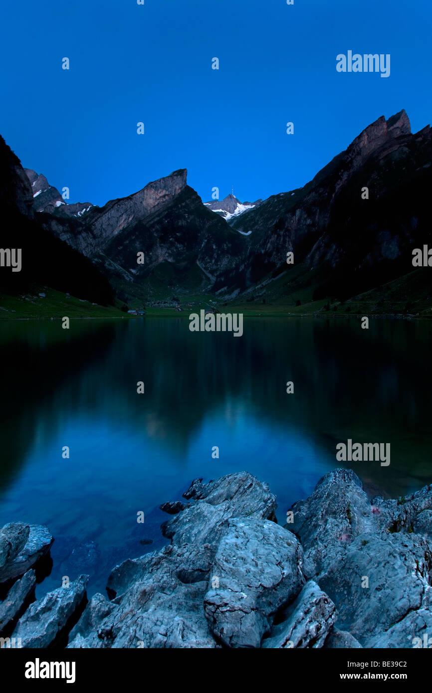 Seealpsee-See im Alpsteingebirge-Gebirge mit Mt. Säntis zur blauen Stunde, Appenzell, Schweiz, Schweizer Alpen, Stockbild