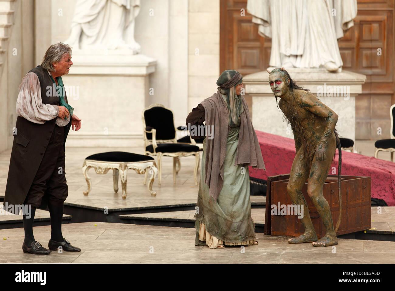 Jedermann, jedermann, 2009, von Peter Simonischek mit Elisabeth Rath gespielt, wie gute Werke und Peter Jordan als Stockbild