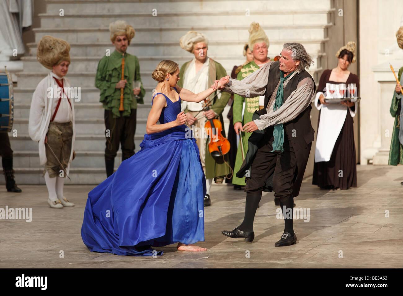 Jedermann, jedermann, 2009, von Peter Simonischek mit Sophie von Kessel gespielt, wie Everyman, Buhlschaft, spielen Stockbild