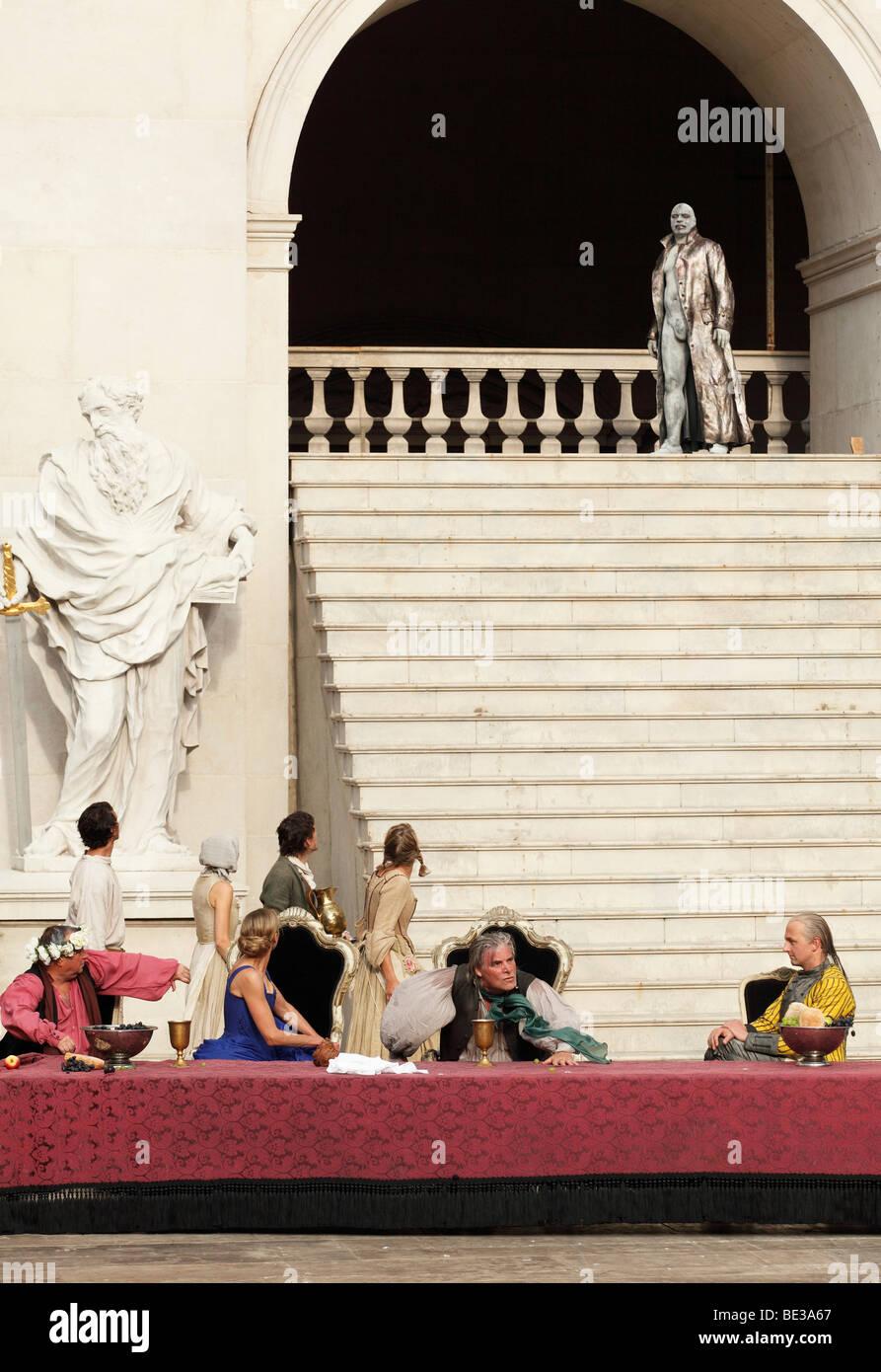 Jedermann, jedermann, 2009, gespielt von Peter Simonischek mit Sophie von Kessel als Everyman, Paramour und Ben Stockbild