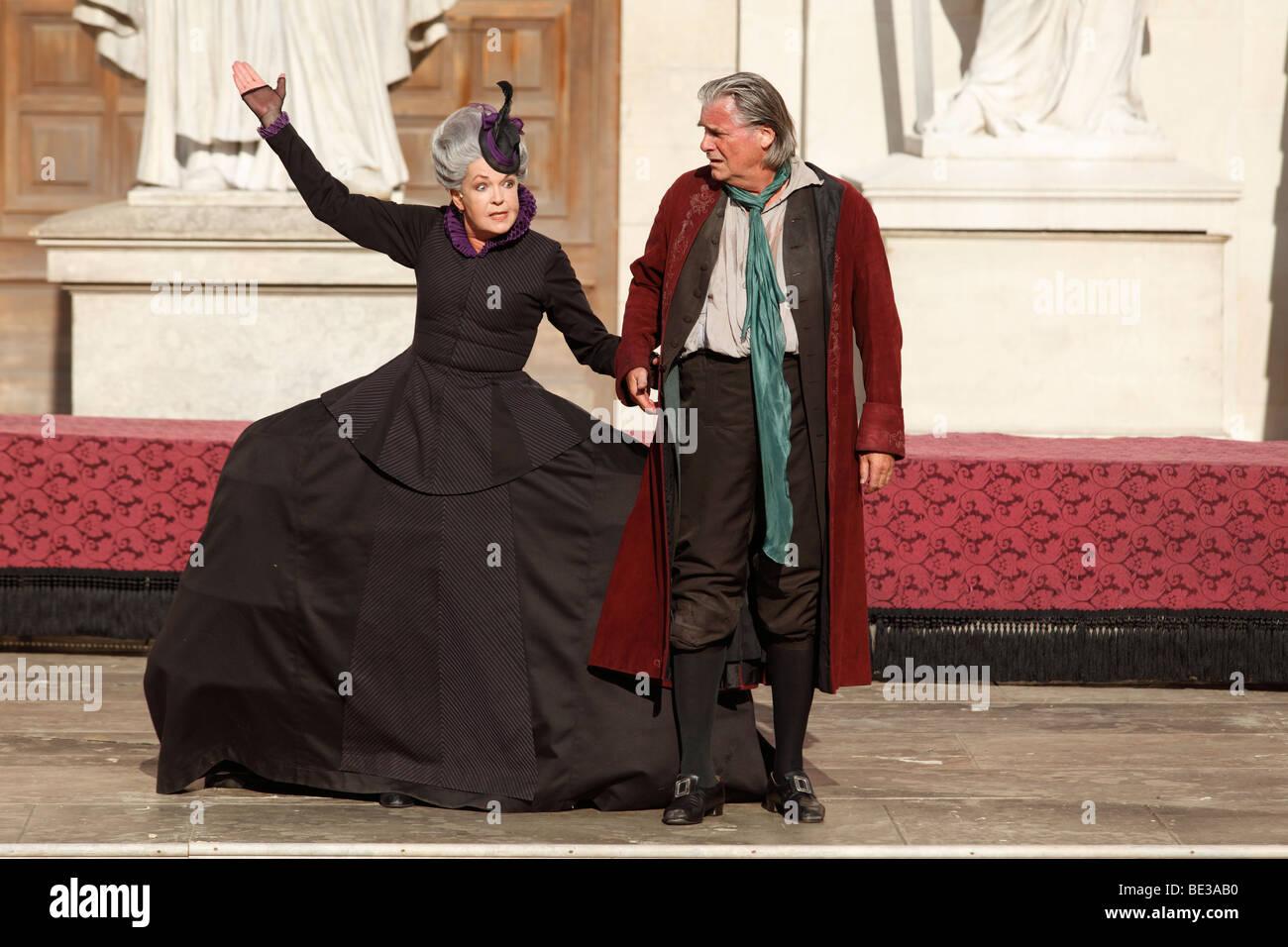 Jedermann, jedermann, gespielt von Peter Simonischek, mit Elisabeth Trissenaar als Jedermanns Mutter spielen durch Stockbild