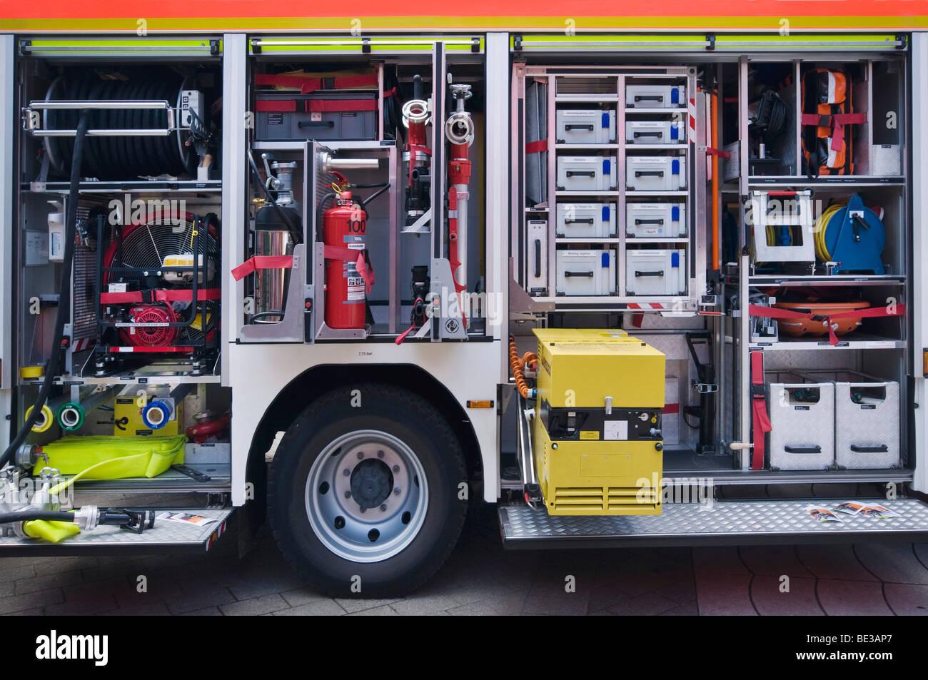 Materiellen Rettungsfahrzeug mit Feuerlöscher und Werkzeugmagazin Stockbild