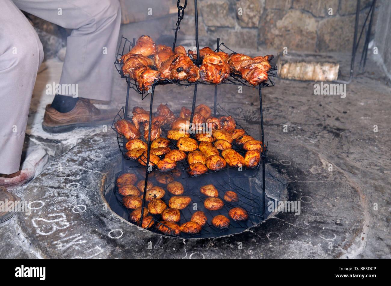 Armenische Nahrung, Küche, gebackene Kartoffeln, Huhn, Erde Ofen ...