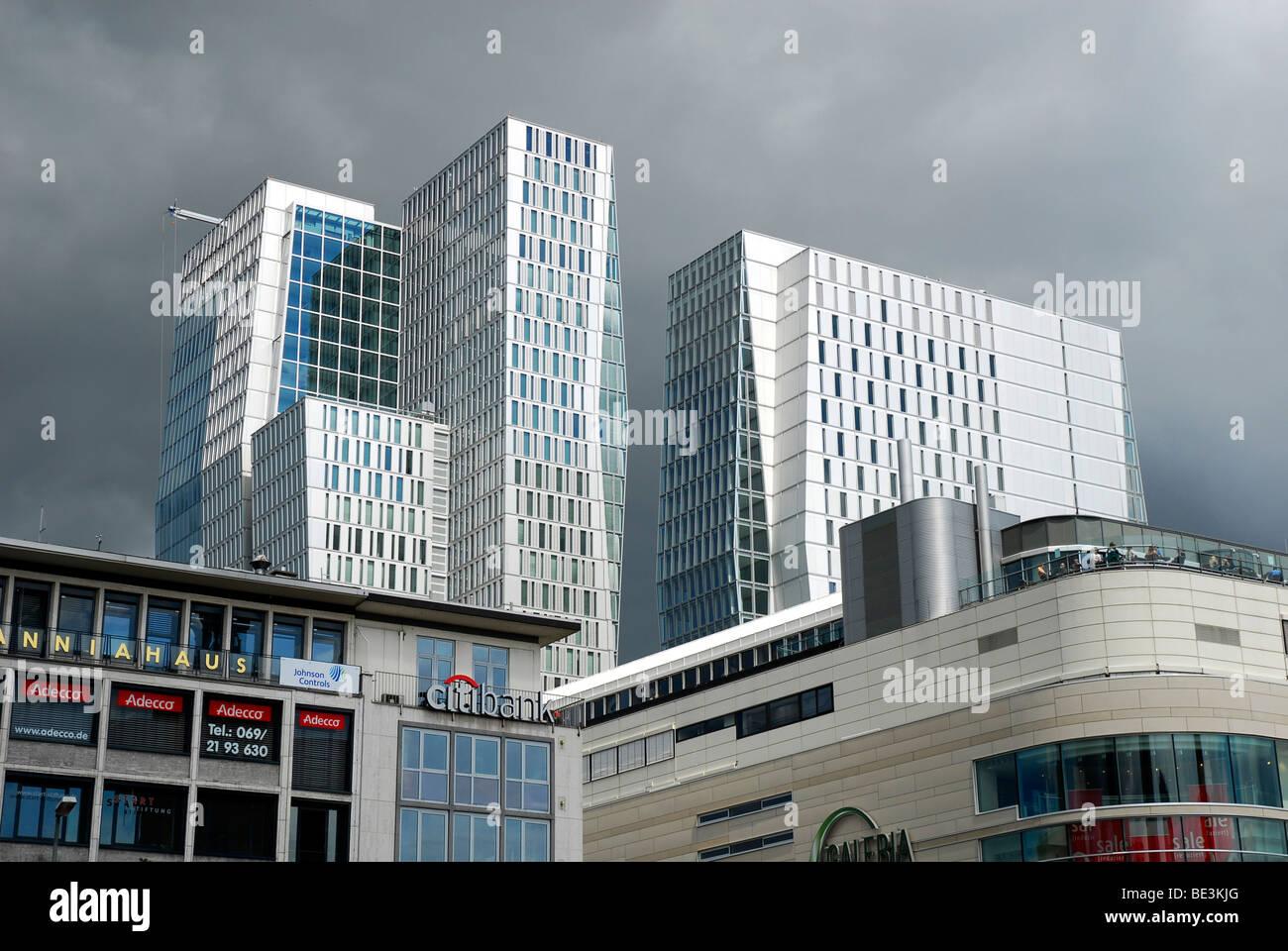 Dunkle Wolken über das moderne Büro-Turm im Stadtteil PalaisQuartier, Palais Quartier, FrankfurtHochVier, Frankfurt Stockfoto