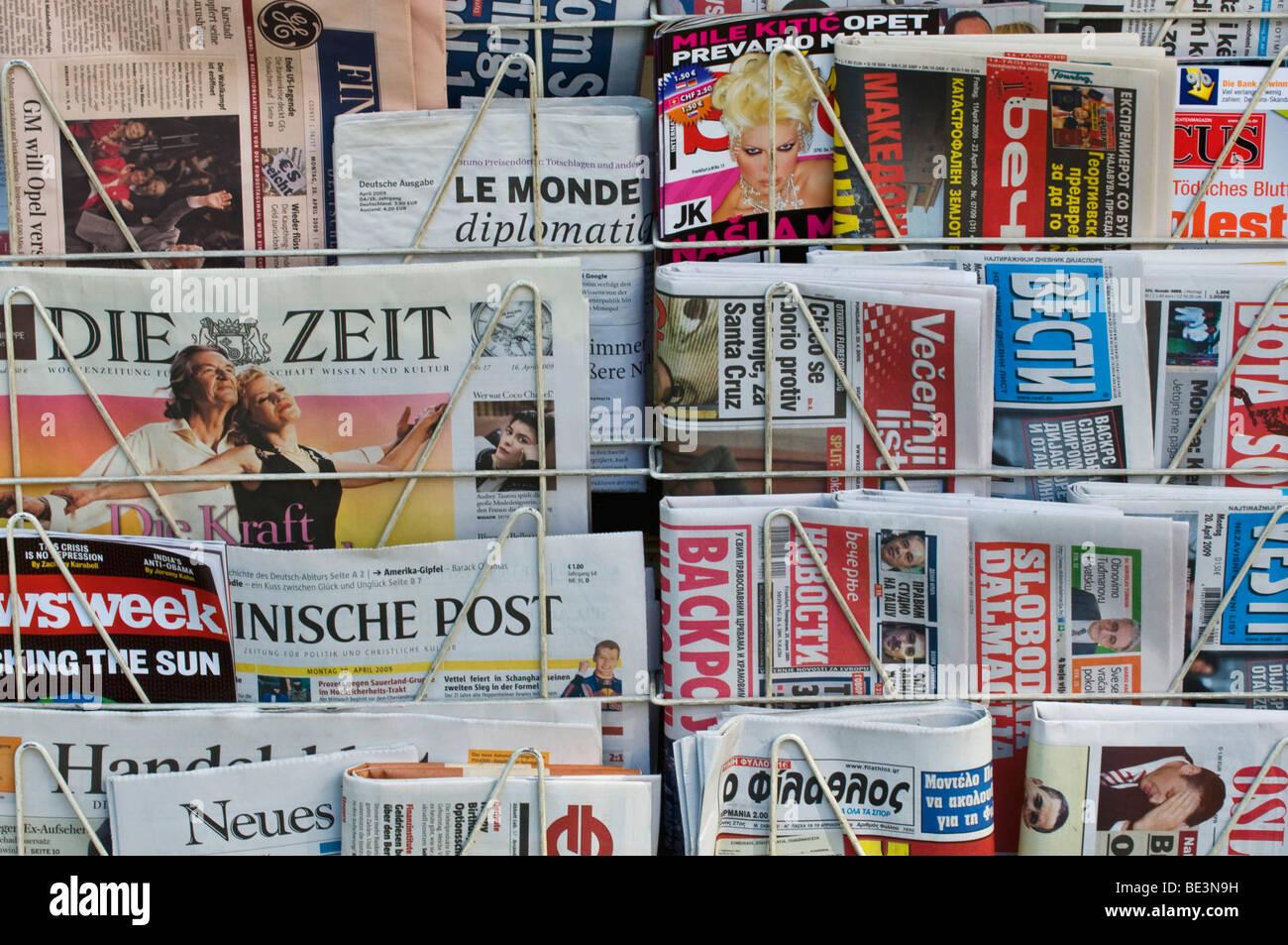 Zeitungskiosk, deutsche und ausländische Zeitungen Stockbild