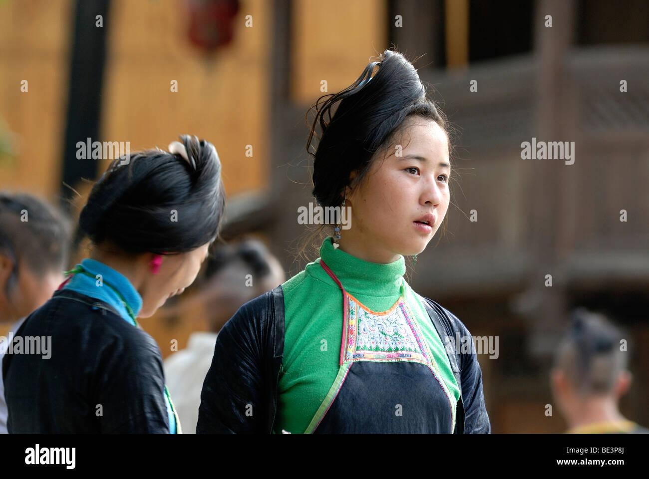 Junge Frauen Mit Traditionellen Frisur Und Kleid Von Basha